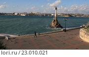 Купить «Вид на набережную и памятник затопленным кораблям в Севастополе. Крым», видеоролик № 23010021, снято 21 апреля 2016 г. (c) Яна Королёва / Фотобанк Лори