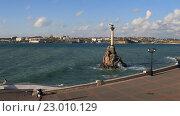Купить «Вид на набережную и памятник затопленным кораблям в Севастополе. Крым», видеоролик № 23010129, снято 21 апреля 2016 г. (c) Яна Королёва / Фотобанк Лори