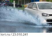 Купить «Брызги из-под колёс автомобиля», фото № 23010241, снято 20 мая 2016 г. (c) Дмитрий Брусков / Фотобанк Лори