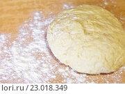 Купить «Свежее дрожжевое тесто на разделочном столе с мукой. Приготовление сдобных домашних булочек», фото № 23018349, снято 26 мая 2016 г. (c) Виктория Катьянова / Фотобанк Лори