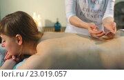 Купить «Женщина на сеансе массажа спины», видеоролик № 23019057, снято 12 мая 2016 г. (c) Виктор Аллин / Фотобанк Лори