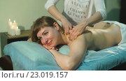 Купить «Лечебный массаж», видеоролик № 23019157, снято 12 мая 2016 г. (c) Виктор Аллин / Фотобанк Лори