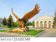 Купить «Огромная птица орел на привокзальной площади. Символ города», фото № 23020549, снято 15 мая 2012 г. (c) Parmenov Pavel / Фотобанк Лори