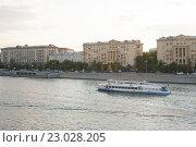 Купить «Экскурсионный теплоход на Москве-реке», фото № 23028205, снято 1 июня 2016 г. (c) Александр Лычагин / Фотобанк Лори