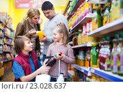 Купить «Family purchasing carbonated beverages», фото № 23028637, снято 22 ноября 2018 г. (c) Яков Филимонов / Фотобанк Лори