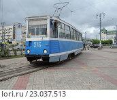 Купить «Трамвай 71-605 подъезжает к остановке у железнодорожного вокзала», фото № 23037513, снято 29 мая 2014 г. (c) Дмитрий Гаврилюк / Фотобанк Лори