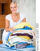 Купить «housewife with stack of linen», фото № 23037797, снято 21 января 2020 г. (c) Яков Филимонов / Фотобанк Лори