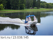 Купить «Катер спасательной службы на водных объектах на Нижнем Люблинском пруду», фото № 23038145, снято 4 июня 2016 г. (c) Родион Власов / Фотобанк Лори