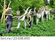 Купить «Акробатические этюды.  Фрагмент экспозиции парка бетонных изваяний Вейё Рёнкконена (1944-2010). Койтсанлахти. Финляндия», фото № 23038693, снято 28 мая 2016 г. (c) Владимир Кошарев / Фотобанк Лори