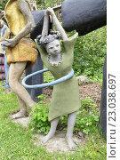 Купить «Девочка с обручем.  Фрагмент экспозиции парка бетонных изваяний Вейё Рёнкконена (1944-2010). Койтсанлахти. Финляндия», фото № 23038697, снято 28 мая 2016 г. (c) Владимир Кошарев / Фотобанк Лори