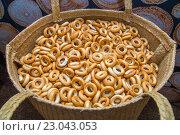 Купить «Сушки в плетеной корзине», фото № 23043053, снято 26 мая 2016 г. (c) Наталья Окорокова / Фотобанк Лори