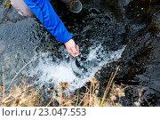 Человек набирает воду в чайник в горной реке Бзерпь, поход на Бзерпский карниз, Красная поляна. Стоковое фото, фотограф Марина Коробкова / Фотобанк Лори