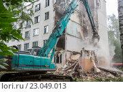 Купить «Снос старого пятиэтажного  здания в спальном районе города Москвы летом», фото № 23049013, снято 6 июня 2016 г. (c) Николай Винокуров / Фотобанк Лори