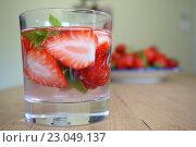 Клубничный лимонад с мятой. Стоковое фото, фотограф Stjarna / Фотобанк Лори