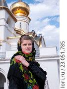 Купить «Русская девушка в платке на фоне голубого неба», фото № 23051785, снято 8 мая 2016 г. (c) Катерина Белякина / Фотобанк Лори