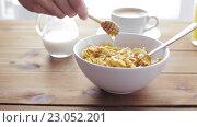 Купить «hand adding honey to corn flakes for breakfast», видеоролик № 23052201, снято 15 апреля 2016 г. (c) Syda Productions / Фотобанк Лори