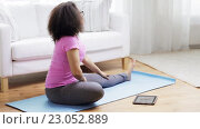 Купить «african woman with tablet pc exercising at home», видеоролик № 23052889, снято 7 мая 2016 г. (c) Syda Productions / Фотобанк Лори