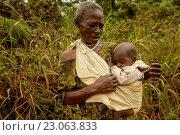 Купить «Older woman with baby, equatorial rainforest, Gabon, Central Africa», фото № 23063833, снято 21 сентября 2015 г. (c) age Fotostock / Фотобанк Лори