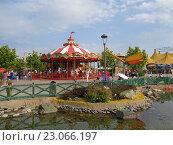 Купить «Карусель сказок, пруд и зеленые деревья, люди на прогулке в Сочи Парке», фото № 23066197, снято 1 июня 2016 г. (c) DiS / Фотобанк Лори
