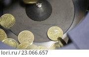 Купить «Пересчет и сортировка монет в счетной машинке», видеоролик № 23066657, снято 12 марта 2015 г. (c) Евгений Ткачёв / Фотобанк Лори