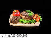 Купить «Стейк на деревянной доске с овощами», фото № 23080205, снято 19 декабря 2015 г. (c) Стивен Жингель / Фотобанк Лори