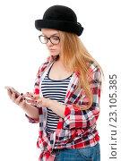 Молодая девушка в очках с сотовым телефоном. Стоковое фото, фотограф Евгений Пидеркин / Фотобанк Лори