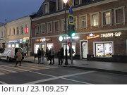 Купить «Москва, светофор на улице Маросейка дом 4», эксклюзивное фото № 23109257, снято 24 октября 2015 г. (c) Дмитрий Неумоин / Фотобанк Лори