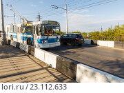 Купить «Троллейбус на мосту  через реку Самарка», фото № 23112633, снято 11 мая 2016 г. (c) Акиньшин Владимир / Фотобанк Лори