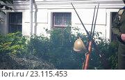 Купить «Орудие первой мировой войны  в дыму костра», видеоролик № 23115453, снято 23 мая 2016 г. (c) Яков Чешихин / Фотобанк Лори