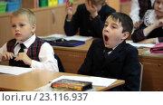 Школьник зевает, сидя за партой на уроке в школе (2016 год). Редакционное видео, видеограф Кекяляйнен Андрей / Фотобанк Лори