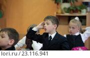 Купить «Ученик стоя тянет руку на уроке для ответа, школьный класс», видеоролик № 23116941, снято 25 мая 2016 г. (c) Кекяляйнен Андрей / Фотобанк Лори