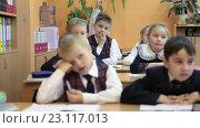 Ученики начальной школы сидят за партами во время урока (2016 год). Редакционное видео, видеограф Кекяляйнен Андрей / Фотобанк Лори