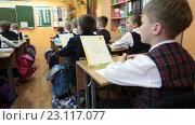 Купить «Ученик сидит с ручкой в руках за партой во время школьного урока, фокусировка», видеоролик № 23117077, снято 25 мая 2016 г. (c) Кекяляйнен Андрей / Фотобанк Лори