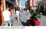 Купить «Туристы прогуливаются узким улицам города Канделария, Тенерифе, Канары, Испания», видеоролик № 23117221, снято 19 мая 2016 г. (c) Кекяляйнен Андрей / Фотобанк Лори