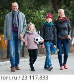 Купить «Portrait of family with two kids outdoors», фото № 23117833, снято 24 сентября 2018 г. (c) Яков Филимонов / Фотобанк Лори