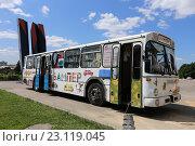 Детский книжный автобус «Бампер» в парке искусств «Музеон», Москва (2016 год). Редакционное фото, фотограф Алексей Гусев / Фотобанк Лори