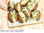 Купить «Печенный картофель с соусом из сыра феты и сметаны», фото № 23122437, снято 20 июня 2016 г. (c) Татьяна Ляпи / Фотобанк Лори