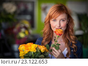 Купить «Portrait of female florist holding bunch of flowers», фото № 23122653, снято 17 апреля 2016 г. (c) Wavebreak Media / Фотобанк Лори