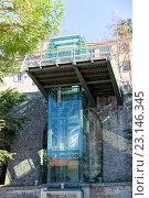 Купить «Стеклянный лифт на фасаде здания. Сан-Марино. Италия», фото № 23146345, снято 6 ноября 2013 г. (c) Евгений Ткачёв / Фотобанк Лори