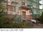 Купить «Ремонтно-восстановительные работы фасада старого панельного дома», эксклюзивное фото № 23147129, снято 23 июня 2016 г. (c) Svet / Фотобанк Лори