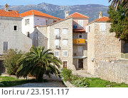 Купить «Старинные жилые дома в городе-курорте Будва, Черногория», эксклюзивное фото № 23151117, снято 6 апреля 2016 г. (c) Артём Крылов / Фотобанк Лори