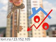Купить «Красный знак процента на фоне частного дома», фото № 23152105, снято 24 апреля 2016 г. (c) Сергеев Валерий / Фотобанк Лори