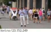 Купить «Люди идут по улице, изображение не в фокусе», видеоролик № 23152249, снято 23 июня 2016 г. (c) Игорь Усачев / Фотобанк Лори