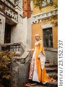 Купить «Девушка в средневековом наряде стоит на крыльце разрушенного старого здания», фото № 23152737, снято 18 июня 2016 г. (c) Евгения Литовченко / Фотобанк Лори