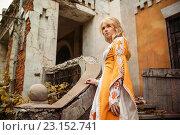 Купить «Девушка в средневековом наряде стоит на крыльце разрушенного старого здания», фото № 23152741, снято 18 июня 2016 г. (c) Евгения Литовченко / Фотобанк Лори
