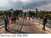 Купить «Граница Европы и Азии. Пешеходный мост через реку Урал. Оренбург», фото № 23158309, снято 17 октября 2018 г. (c) Антон Афанасьев / Фотобанк Лори
