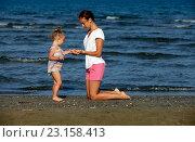 Купить «Мама с маленькой дочкой на пляже», фото № 23158413, снято 22 мая 2016 г. (c) Морозова Татьяна / Фотобанк Лори