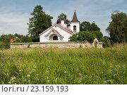 Троицкая церковь в деревне Бёхово, построенная в 1906 году по проекту В.Д.Поленова, летним днём (2016 год). Редакционное фото, фотограф Игорь Низов / Фотобанк Лори