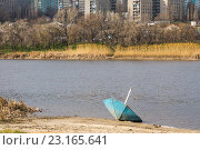 Купить «Берег пляжа со сломанным грибком на фоне многоэтажек», фото № 23165641, снято 5 апреля 2016 г. (c) Борис Панасюк / Фотобанк Лори