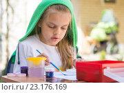 Купить «Девочка рисует красками во дворе в весенний солнечный день», фото № 23176169, снято 21 апреля 2016 г. (c) Иванов Алексей / Фотобанк Лори